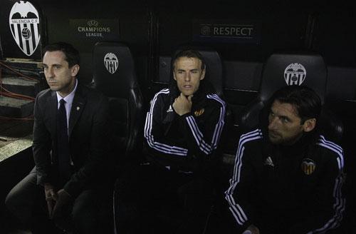 Gary Neville và em trai Phil Neville trên băng ghế chỉ đạo của Valencia. Ảnh: Reuters.