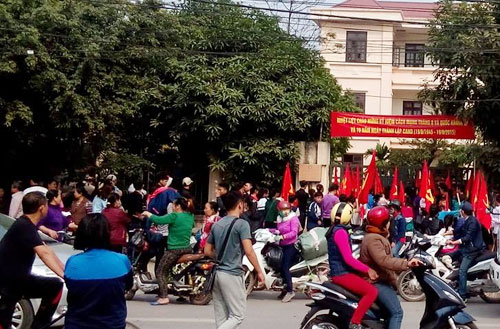 Hàng trăm học sinh của xã Ninh Hiệp (huyện Gia Lâm, Hà Nội) tụ tập trước trụ sở đồn Công an Bắc Đuống. Ảnh: Võ Hải.