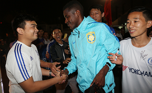 Dù đã rơi Chelsea, ngôi sao của đội bóng Trung Quốc vẫn nhận được sự quan tâm, yêu mến của CĐV Chelsea tại Việt Nam