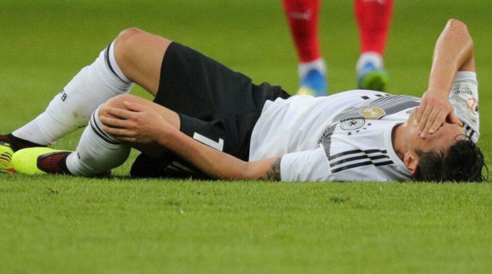 Mesut Ozil đang bị thương khiến đội tuyển Đức lo lắng